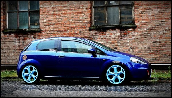 青い車のホイール