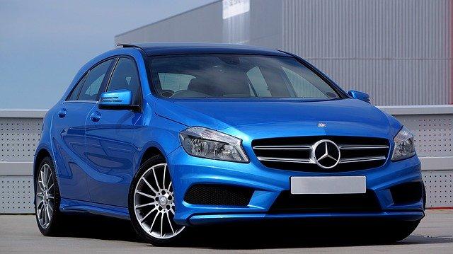 青い車にシルバー